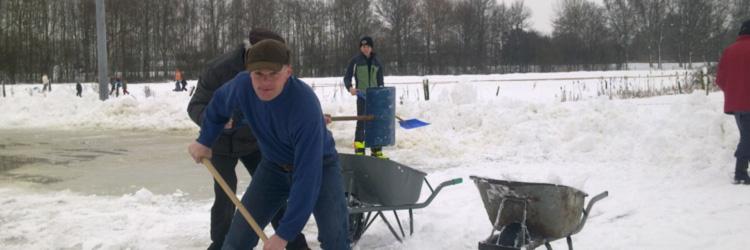 Sneeuwruimen voor de ijsbaan in Aadorp